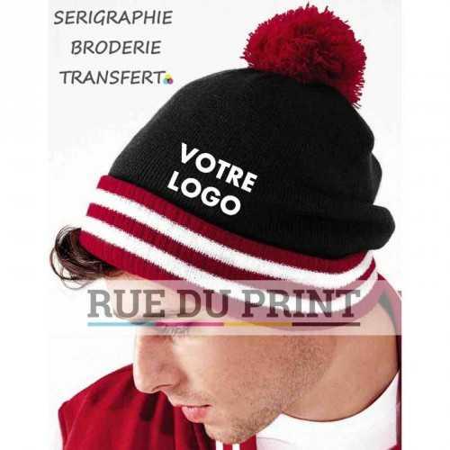 Bonnet publicité noir/rouge/balnc avec logo Varsity 100% polyacrylique (toucher doux) maille doublée