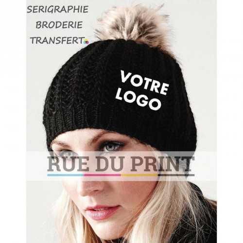Bonnet publicité noir avec logo pompon fausse fourrure 100% acrylique effet tricoté main bord côte tricoté