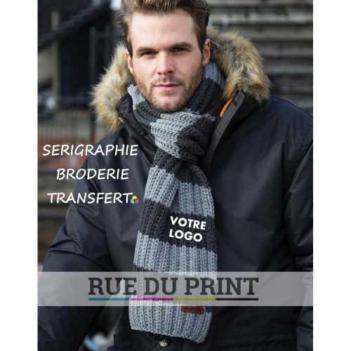 Echarpe publicité Chunky 100% polyacrylique tricot en jauge 1.5 ( grosses mailles épaisses) Insigne RESULT en faux daim souple