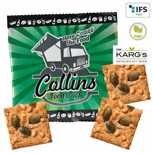 """Trio publicitaire de crackers """"blé complet"""" avec de l'emmental savoureux et des graines de courges croustillantes"""